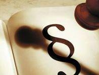 Das Bild zeigt ein Paragraphenzeichen als Symbol für die Justiz.