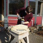 Das Bild zeigt einen Mitarbeiter bei Steinmetz-Arbeiten.
