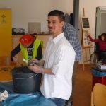 Das Bild zeigt Mitarbeiter beim Anfertigen von Tonformen.