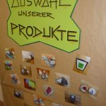 Das Bild zeigt eine Holzwand, auf der die Produkte des BBU präsentiert werden.