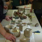 Das Bild zeigt Steinmetzarbeiten beim Oster-Basar.