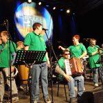 Das Bild zeigt den Auftritt der Band bei einem Wettbewerb.