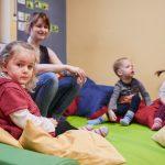 Das Bild zeigt eine Gruppe von Kindern mit einer Erzieherin.