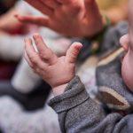 Das Bild zeigt ein Baby, das klatscht.