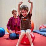Das Bild zeigt einen kleinen Jungen bei der Physiotherapie.
