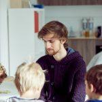 Das Bild zeigt einen Betreuer mit vier Kindern.