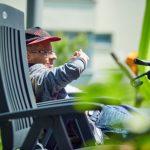 Das Bild zeigt einen der Bewohner im Liegestuhl in der Sonne.