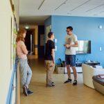Das Bild zeigt Betreuer und Klienten im Gespräch.