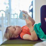 Das Bild zeigt ein Mädchen, das sich ein Pixi-Buch anschaut.