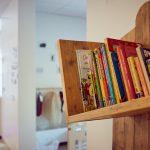 Das Bild zeigt ein Bücherregal mit bunten Bilderbüchern.