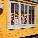 Das Bild zeigt vier Kinder im Bauwagen.