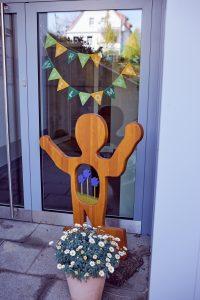 Das Bild zeigt die Holzfigur am Eingang der Kita.