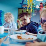 Das Bild zeigt Kinder beim Mittagessen.