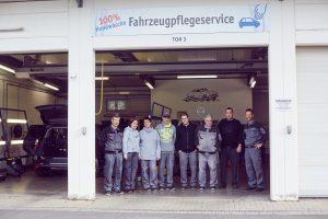 Das Bild zeigt das Team der KFZ-Pflege.