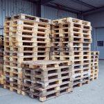 Das Bild zeigt übereinandergestapelte Holzpaletten.