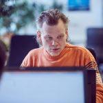 Das Bild zeigt einen Mitarbeiter am PC.
