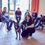 Das Bild zeigt eine Gruppe bei der tiergestützten Therapie.