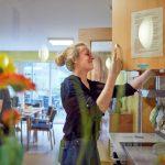 Das Bild zeigt eine Betreuerin in der Küche.
