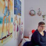 Das Bild zeigt eine der Bewohnerinnen in ihrem Zimmer.