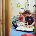 Das Bild zeigt drei Jungen mit Bilderbüchern.