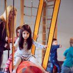 Das Bild zeigt Kinder beim Turnen.