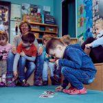 Das Bild zeigt eine Gruppe von Kindern beim Spielen.