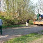 Das Bild zeigt Mitarbeiter bei der Pflege eines Wegs.