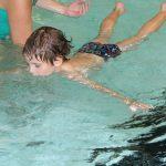 Das Bild zeigt ein Kind beim Schwimmen.