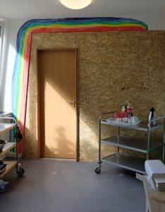 Das Bild zeigt die Tür in der provisorischen Trennwand in der Kita.