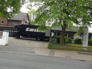 Das Bild zeigt einen Umzugswagen vor der Kita Wannen.
