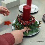 Das Bild zeigt ein hübsch verziertes Adventsgesteck.