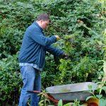 Das Bild zeigt einen der Teilnehmer der Gruppe bei der Arbeit im Garten