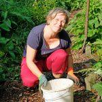 Das Bild zeigt Heike Guthardt bei der Gartenarbeit.