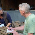 Das Bild zeigt den WAZ-Redakteur Michael Vaupel im Gespräch mit Susanne Sinzig von der NaWit.