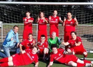 Das Bild zeigt die SoVD-Mannschaft mit den neuen Trikots im Fußballtor.