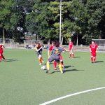 Das Bild zeigt zwei Mannschaften beim Fußballspiel.