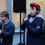 Das Bild zeigt einen Mann und eine Frau beim Karaoke-Singen.