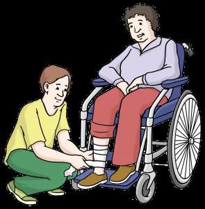 Sie sehen eine Person die einen Rollstuhlfahrer pflegt.