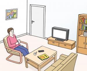 Sie sehen einen Mensch der im Wohnzimmer sitzt und eine Tasse in der Hand hält.