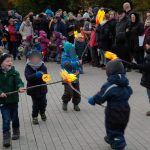 Das Bild zeigt einige Kinder mit Laternen.