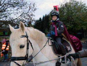 Das Bild zeigt Benett als Sankt Martin auf einem Pferd.