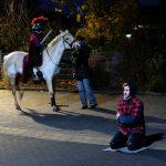 Das Bild zeigt das Martinsspiel mit dem Bettler und Sankt Martin auf dem Pferd.