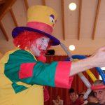 Das Bild zeigt den Clown August.