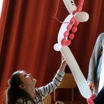 Das Bild zeigt ein Mädchen mit einem Einhorn aus Luftballons.