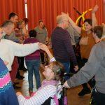 Das Bild zeigt tanzende Menschen.