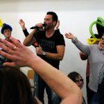 Das Bild zeigt Luca Engels und einige Fans auf der Bühne.