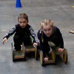 Das Bild zeigt zwei Kinder auf einem Pedalo.