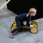 Das Bild zeigt ein Mädchen auf einem Pedalo.