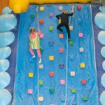 Das Bild zeigt zwei Kinder an der Kletterwand.