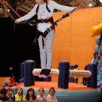Das Bild zeigt ein Mädchen auf dem Trampolin.